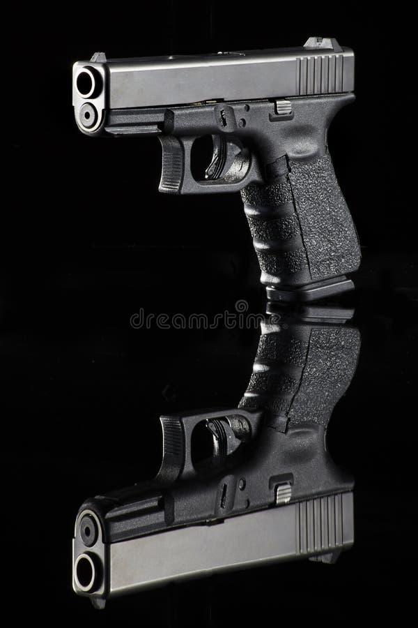 Pistole auf Schwarzem lizenzfreie stockfotografie