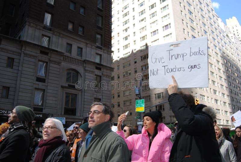 Pistole dei libri non, finanziamento di istruzione, controllo delle armi, marzo per le nostre vite, protesta, NYC, NY, U.S.A. immagine stock libera da diritti