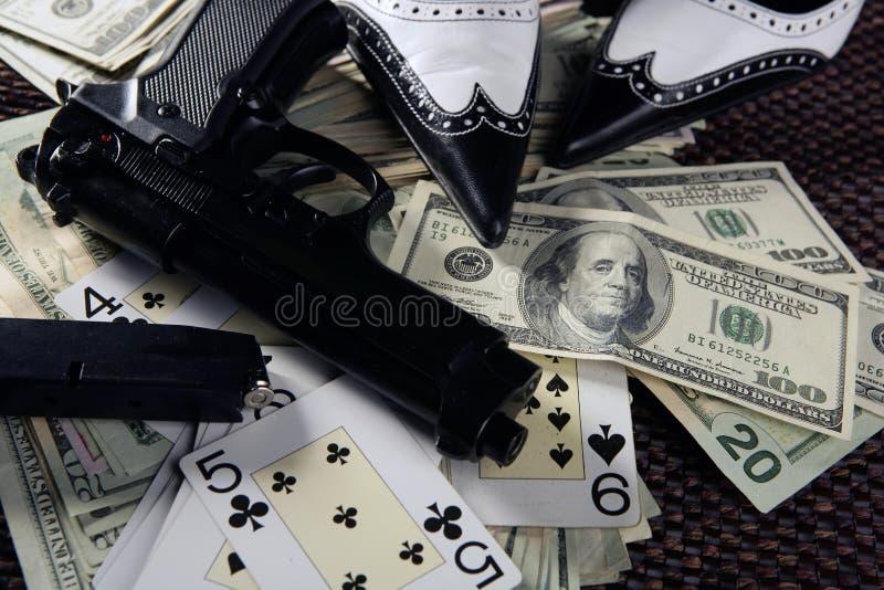 Pistole del gioco e dollari, gangster clasic della mafia ancora fotografia stock
