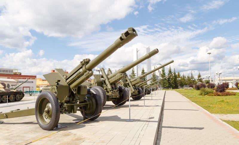 Pistole dell'artiglieria che stanno in una fila Pyshma, Ekaterinburg, Russia - immagini stock