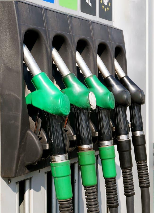 Pistole della benzina del primo piano sulla colonna per rifornire di carburante fotografia stock