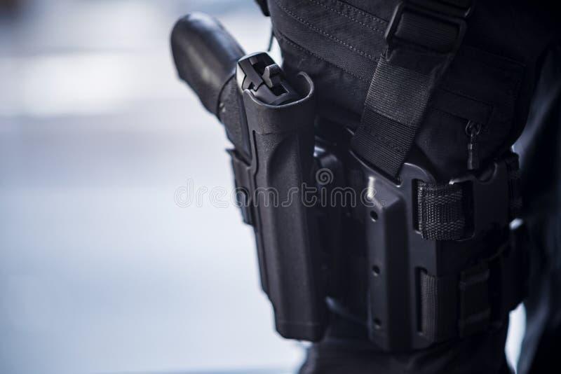 Pistole Holstered auf Schenkel auf Sicherheitspersonal lizenzfreie stockfotos