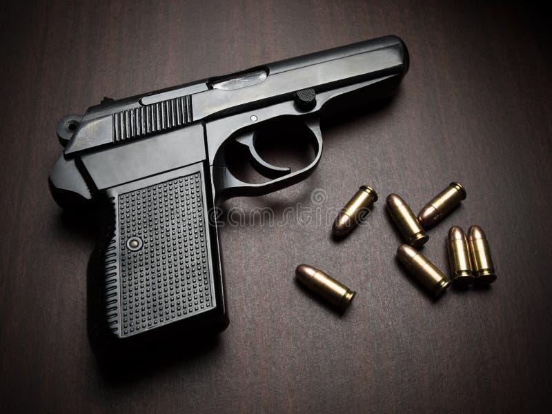 Pistole mit Gewehrkugeln lizenzfreie stockfotos