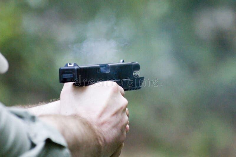 Pistole - Plättchen zurück lizenzfreie stockbilder