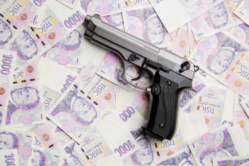 Pistole und Geld lizenzfreie stockfotografie