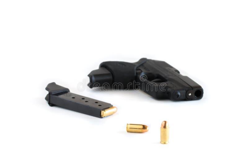 Pistole und Zeitschrift geladen mit Patronen lizenzfreies stockbild
