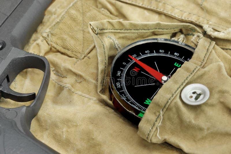 Pistolecik i kompas Na Wietrzejącym plecaku fotografia royalty free
