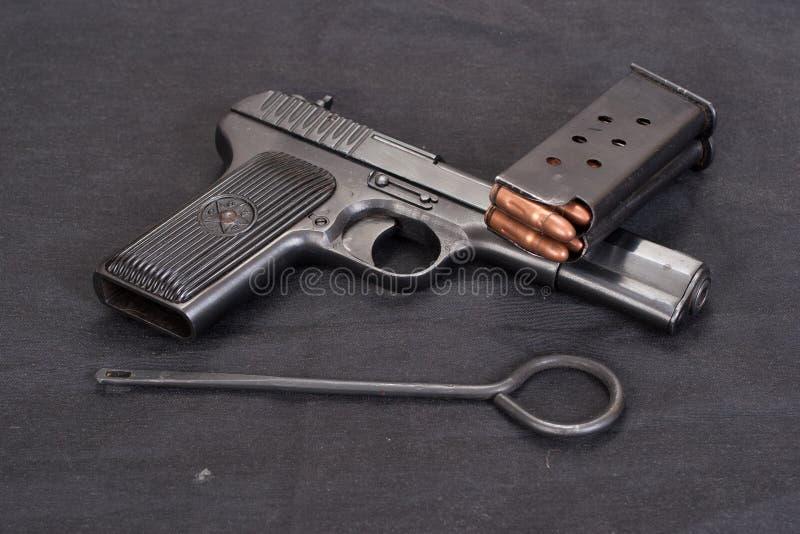 Pistolecik na czarnym tle fotografia stock