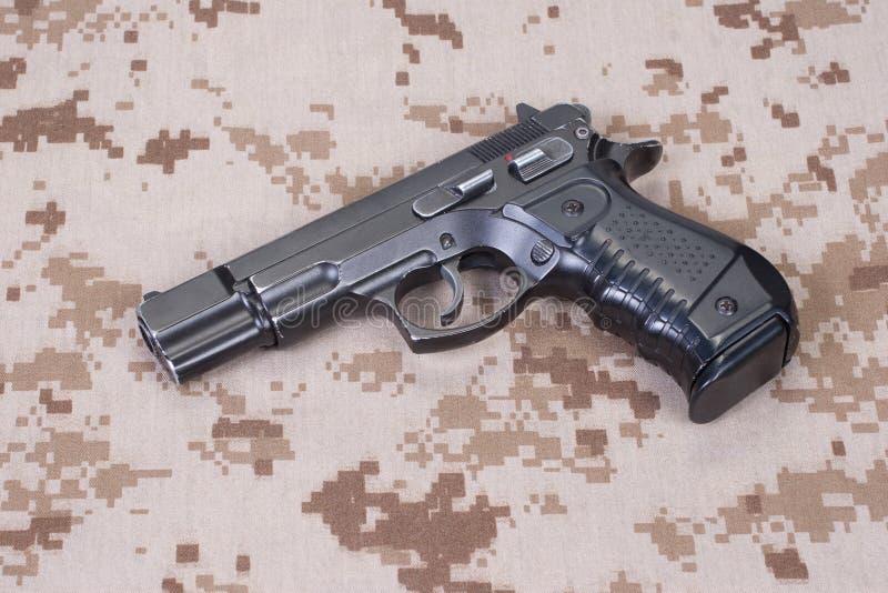 Pistolecik na kamuflażu mundurze zdjęcie royalty free