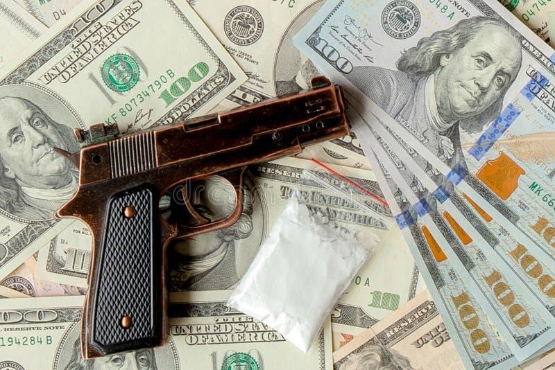 Pistolen en drugs tegen de achtergrond van dollars stock fotografie