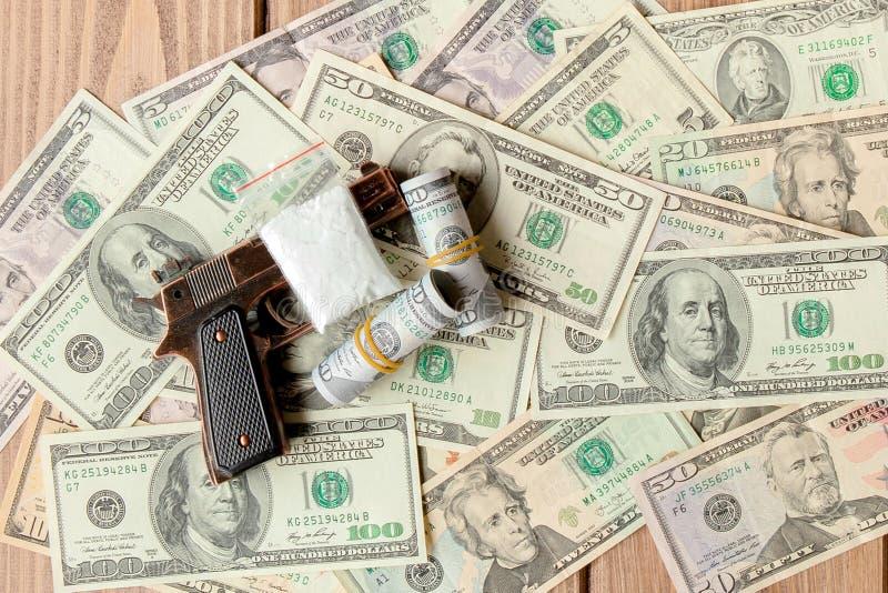 Pistolen en drugs tegen de achtergrond van dollars royalty-vrije stock foto