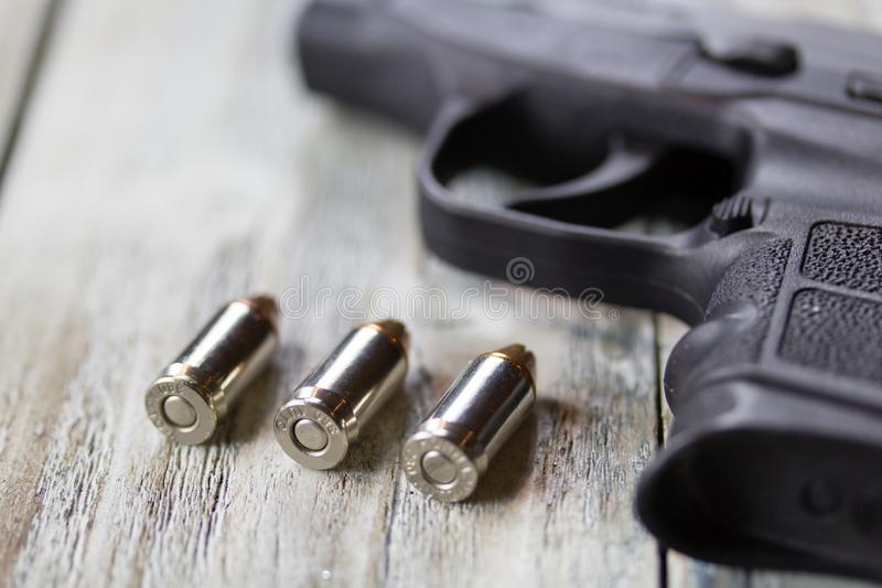 Pistolen-Pistole und Kugeln lizenzfreies stockfoto