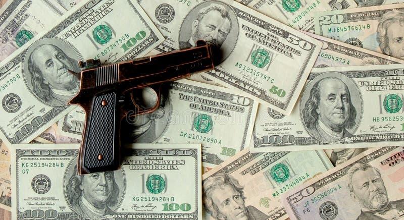 Pistolen tegen de achtergrond van dollars royalty-vrije stock afbeelding