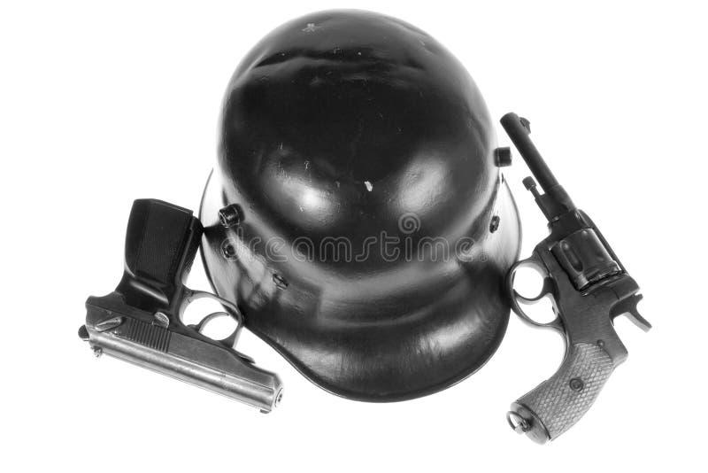 Pistolen und Sturzhelm stockfotos