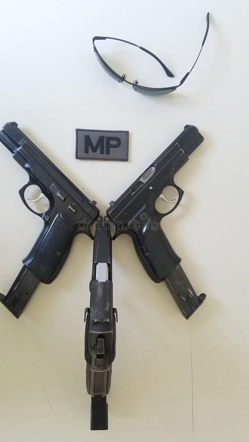 Pistoler och utrustning för den militära polisen fotografering för bildbyråer