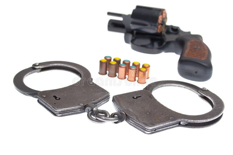 pistolet avec les menottes et le remboursement in fine image stock image du firearm noir. Black Bedroom Furniture Sets. Home Design Ideas