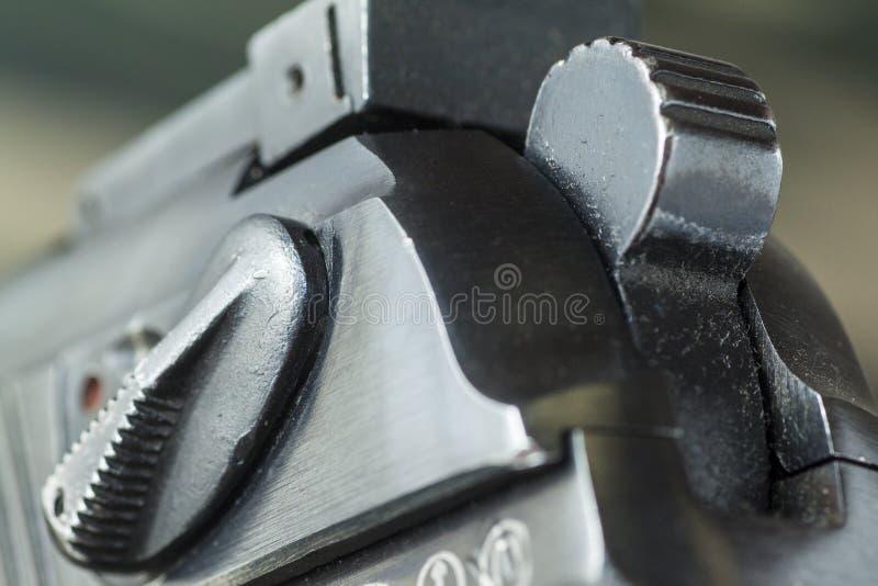 Pistolet d'arme à feu sur le fond de camouflage de militaires images libres de droits