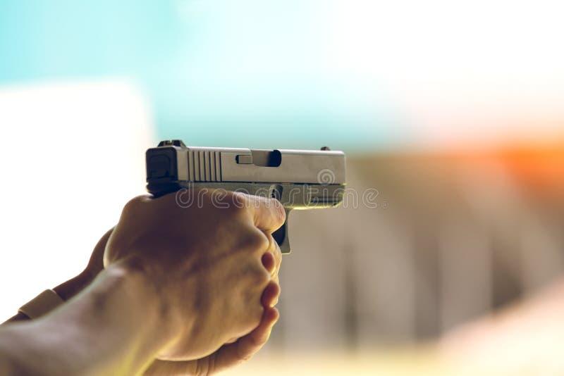 Pistolet de but de main dans le champ de tir d'académie images libres de droits