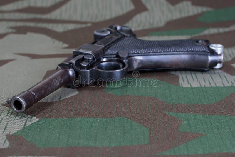 Pistolet de forces terrestres de l'Allemagne de période de la deuxième guerre mondiale avec la croix allemande 1914 de fer de réc photos stock