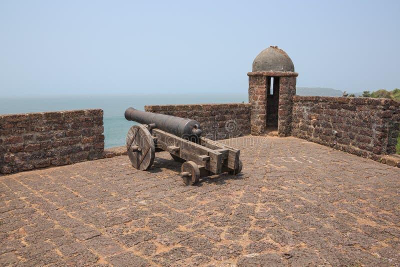 Pistolet i wieża obserwacyjna obrazy stock