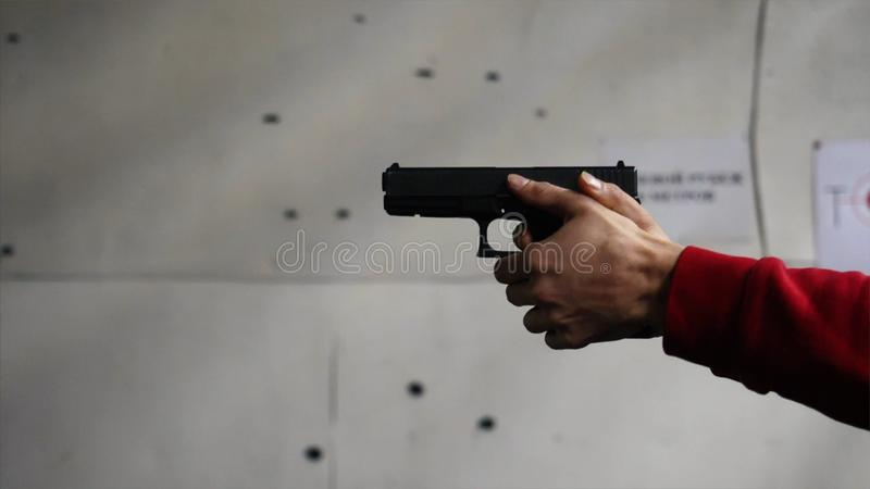 Pistolet jest strzału zakończeniem Krócica w ręki zakończeniu Krócica strzela 1 czasy Mężczyzna strzela czarnego pistolet fotografia royalty free