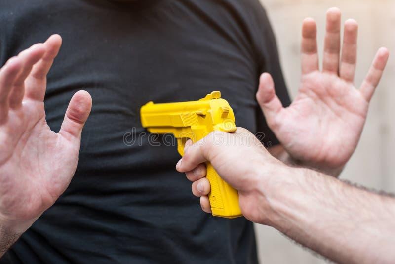 Pistolet Rozbraja Samoobrona techniki przeciw armatniemu punktowi fotografia stock