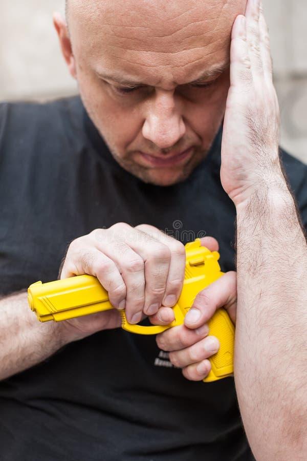 Pistolet Rozbraja Samoobrona techniki przeciw armatniemu punktowi fotografia royalty free