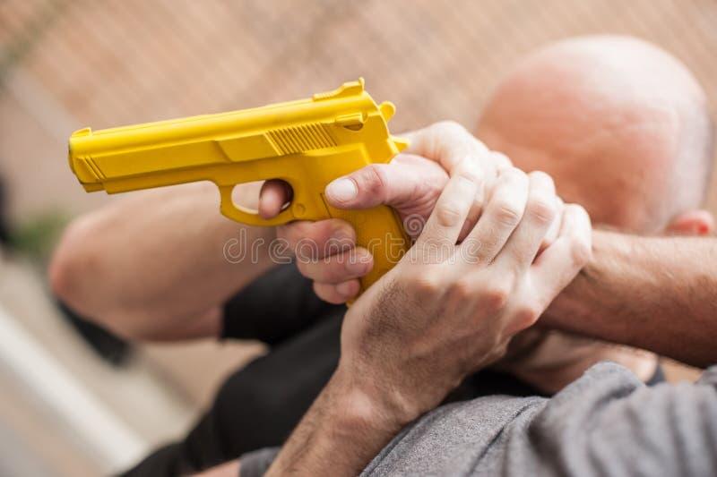 Pistolet Rozbraja Samoobrona techniki przeciw armatniemu punktowi zdjęcia stock