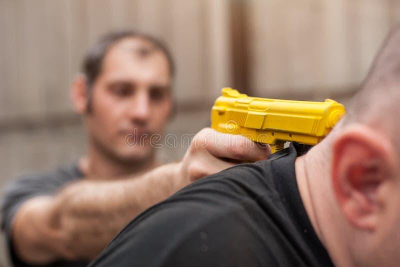 Pistolet Rozbraja Samoobrona techniki przeciw armatniemu punktowi obrazy stock