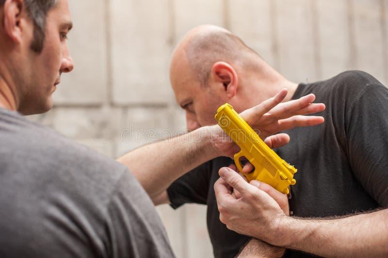 Pistolet Rozbraja Samoobrona techniki przeciw armatniemu punktowi zdjęcie royalty free