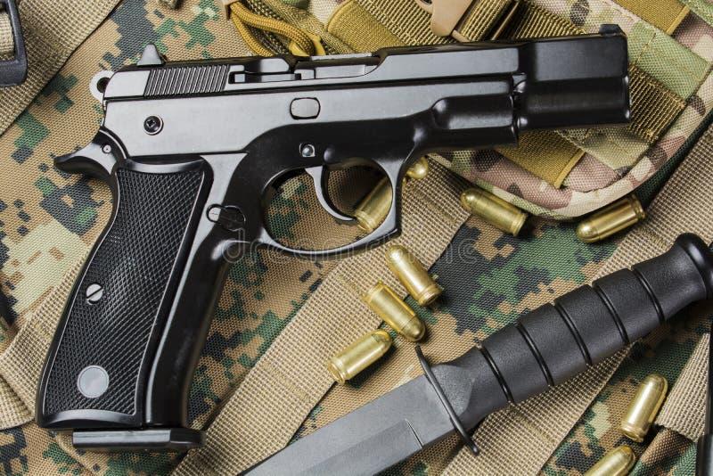 Pistolets avec un couteau image stock
