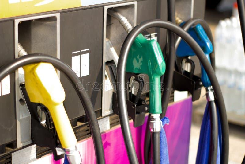 Pistolets de carburant sur la station de carburant photos libres de droits