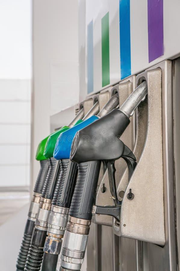 Pistolets en gros plan de carburant d'essence et de gazole sur la station service photos stock