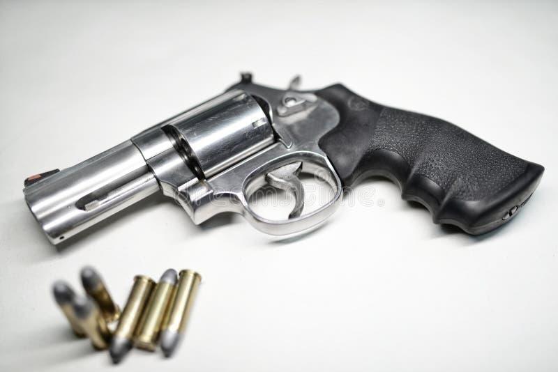 Pistolety i amunicje fotografia stock