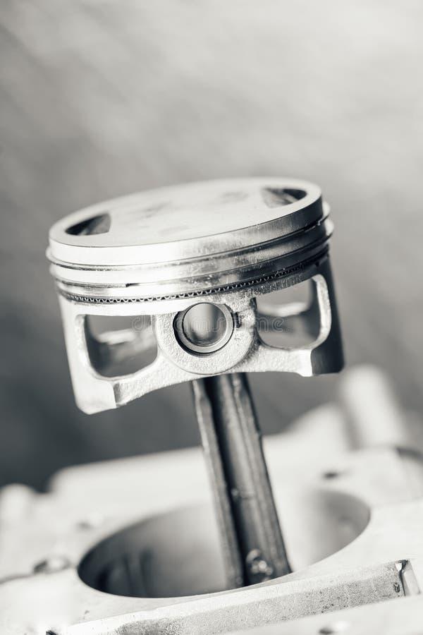 Piston de moteur sur le fond gris images libres de droits