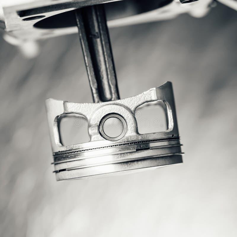 Piston de moteur sur le fond gris images stock