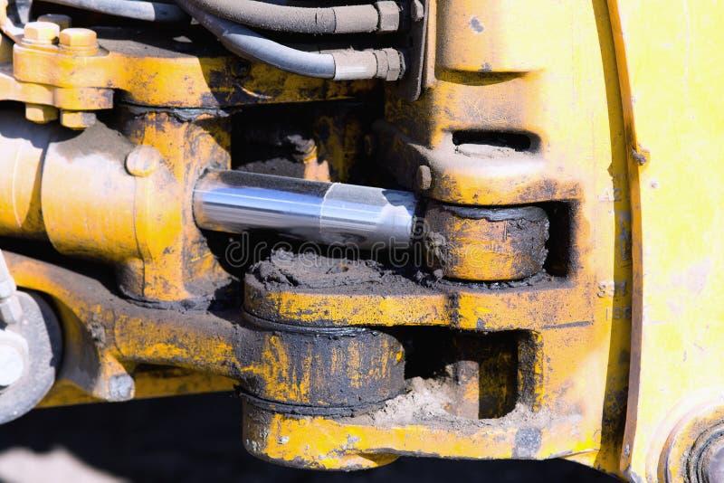 Piston hydraulique sur le bouteur image stock