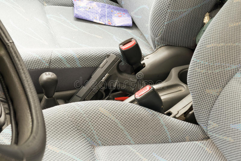 Pistool in de auto stock afbeelding