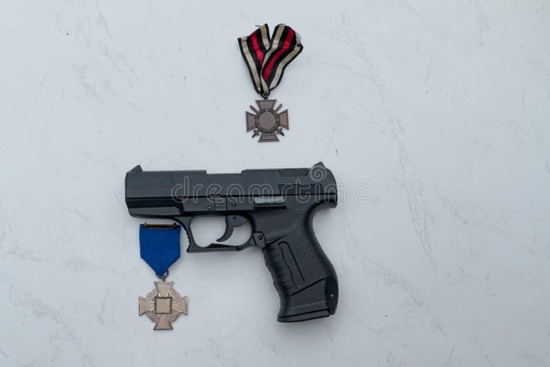 Pistool met medaille stock afbeelding