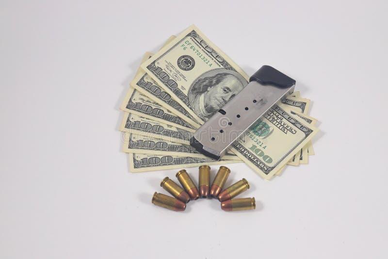 Pistool munitie, contant geld, tijdschrift royalty-vrije stock afbeeldingen