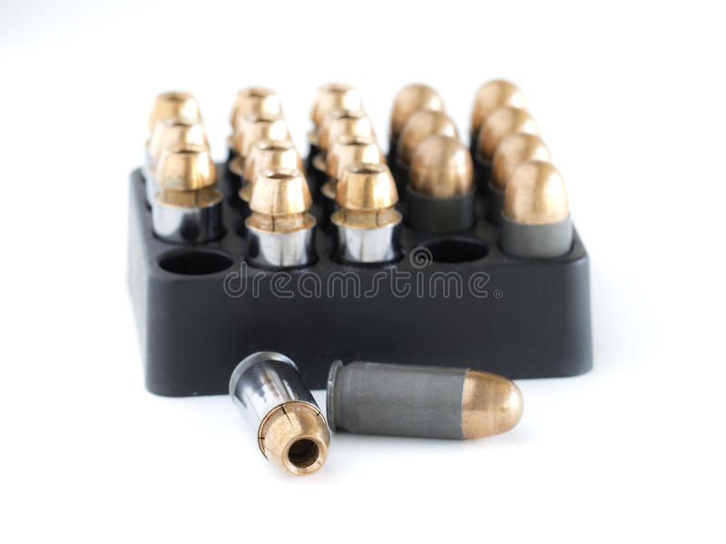 45 pistoolkogels in een patroonhouder stock foto