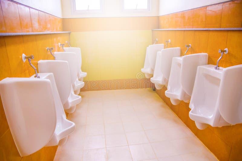 Pisuarów mężczyzna toaletowa łazienka obraz royalty free