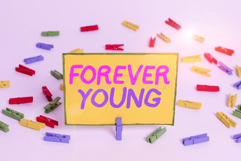 Pisząca notatka przedstawiająca program Forever Young Fotografia biznesowa ukazująca myślenie o byciu świeżym i beztroskim niezal fotografia stock