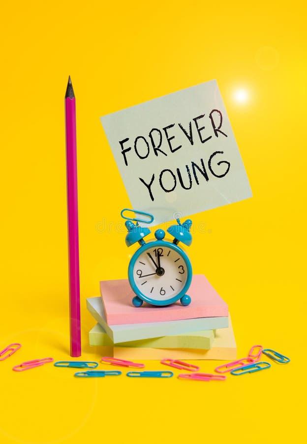 Pisząca notatka przedstawiająca program Forever Young Fotografia biznesowa ukazująca myślenie o byciu świeżym i beztroskim niezal zdjęcia royalty free