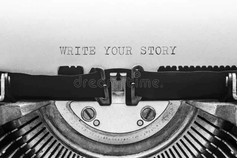 Pisze twój opowieści pisać na maszynie na rocznika maszyna do pisania fotografia royalty free