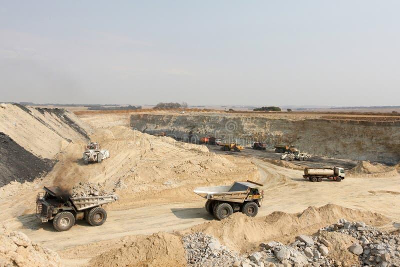 Pit Coal Mining abierto y proceso imagenes de archivo