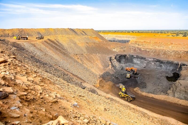 Pit Manganese Mining y equipo abiertos fotos de archivo libres de regalías