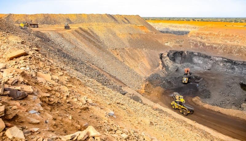 Pit Manganese Mining y equipo abiertos foto de archivo