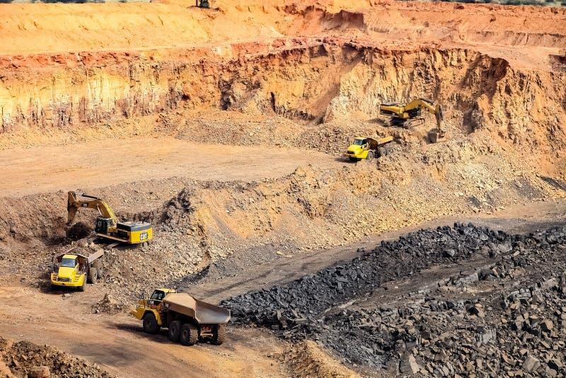 Pit Manganese Mining y equipo abiertos imagen de archivo