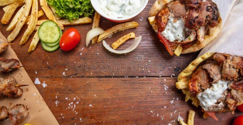 Pita γυροσκοπίων, shawarma, souvlaki Δύο περικαλύμματα ψωμιού pita και οβελίδια κρέατος στον ξύλινο πίνακα στοκ εικόνα με δικαίωμα ελεύθερης χρήσης